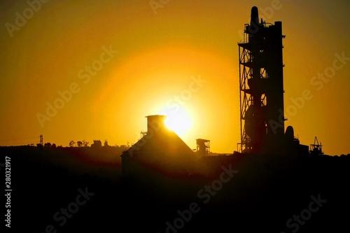 Photo vista  de amanecer con cementera de la araña  malaga