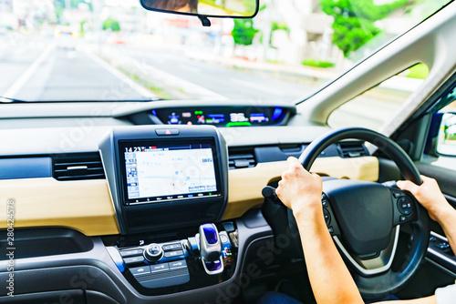[交通イメージ] 安全運転で法定速度を守って一般道を走行する女性ドライバーのシーン(パーツカット) Fotobehang