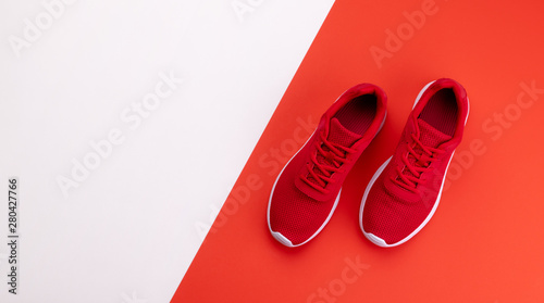 Photo  A studio shot of running shoes on bright color background