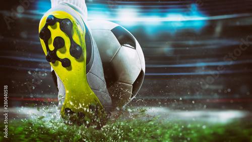 Futbolowa scena przy nocnym dopasowaniem z zakończeniem up piłka nożna but uderza piłkę z władzą