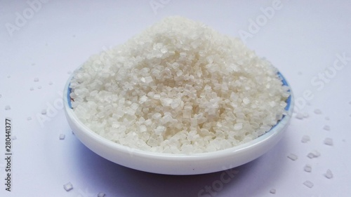 Foto op Canvas Londen sea salt in a bowl on white background