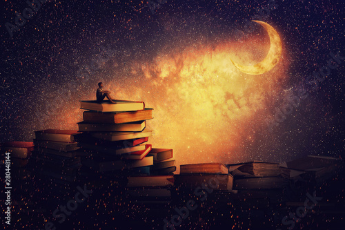 Chłopiec siedzi samotnie na stosie książek, patrząc na księżyc w nowiu. Magiczna nocna opowieść. Poszukiwanie koncepcji wiedzy.