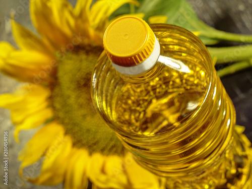 Fototapeta  bottle with sunflower oil close-up on a background of sunflower obraz