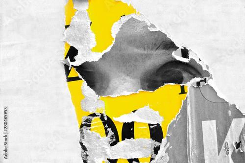 Naklejka premium Stary grunge rozdarty kolaż vintage uliczne plakaty pognieciony zmięty papier powierzchnia afisz tekstura tło tło / kolor selektywny puste miejsce na tekst