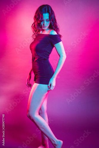 Photo chica en estudio con colores vivos modelando luces gel