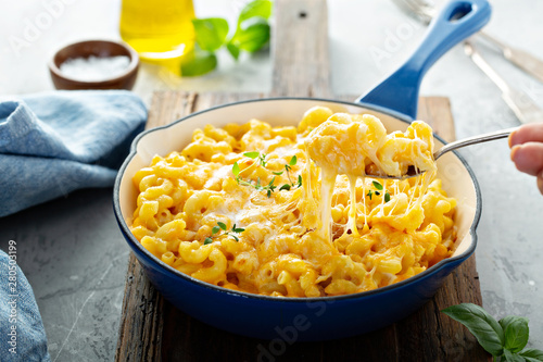 Fotografering Baked mac and cheese in a cast iron pan