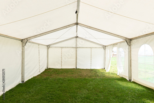 Obraz Inside empty white tent waiting for event arrangement - fototapety do salonu