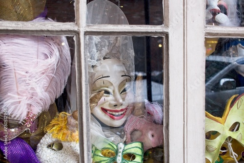 In de dag Imagination Masquerade masks displayed in a storefront in New Orleans, Louisiana.