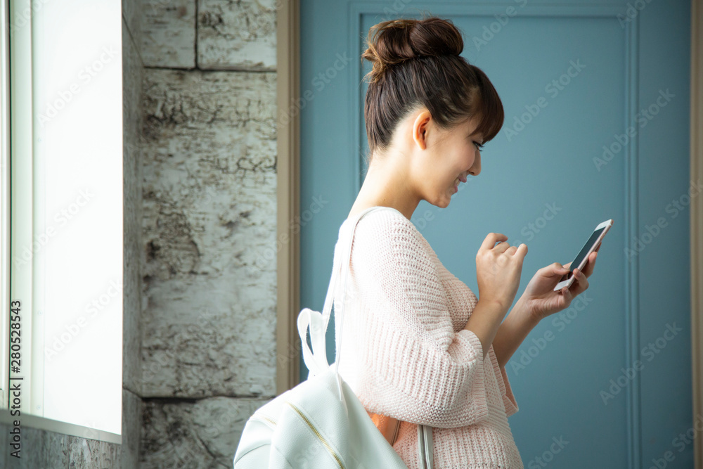 Fototapeta スマートフォンを操作する日本人女性