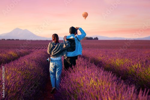Foto auf AluDibond Hochrote Asian couple travel in lavender field