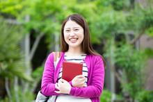 本を持つ女子学生