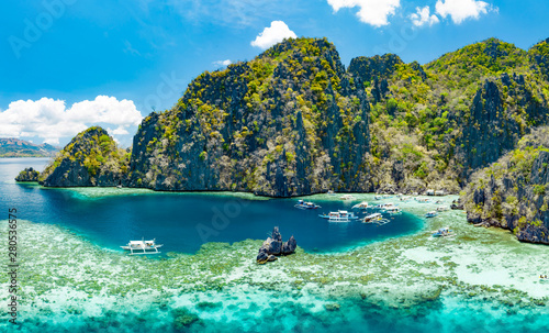 Fotomural  Aerial view of beautiful lagoons and limestone cliffs of Coron, Palawan, Philipp