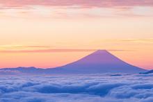 雲海に浮かぶ夜明けの...