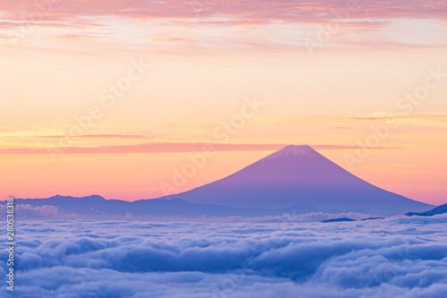 Obraz 雲海に浮かぶ夜明けの富士山 - fototapety do salonu