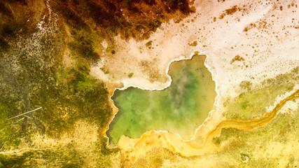 Gejzer Yellowstone widziany z góry. Basen w środku lasu, Wyoming