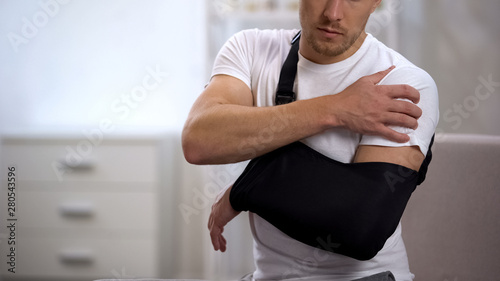 Foto  Male in arm sling suffering pain in shoulder, result of work trauma, orthopedics