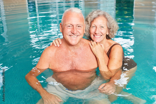 Cadres-photo bureau Pain Happy seniors couple in the pool