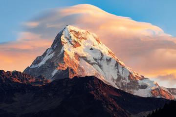 Fototapeta Góry Annapurna Sur, detalle de pico al atardecer. belleza y naturaleza. Paisajes increíbles. Rojo intenso atardecer