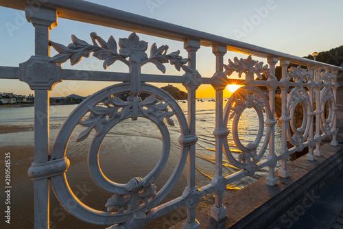 Fototapeta premium Balustrada promenady La Concha o zachodzie słońca, San Sebastian, Hiszpania