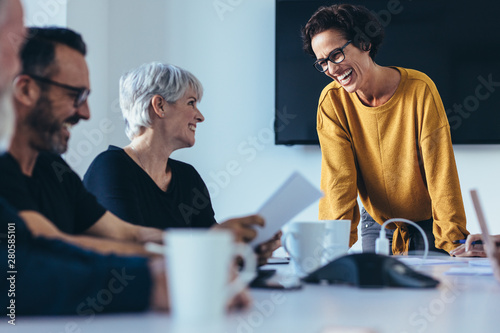 mata magnetyczna Businesspeople smiling during a meeting