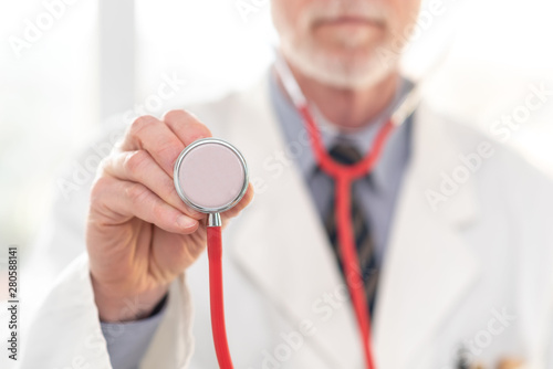 Cadres-photo bureau Pain Male doctor holding stethoscope