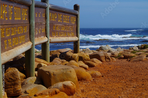Fototapeta  Wunderschöne Natur am Kap der Guten Hoffnung mit rotem Sand und Brandung