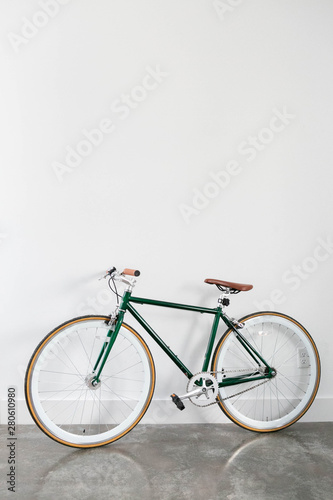Türaufkleber Fahrrad Fixed Green and Brown Bicycle in Modern Home, Fixie Bike inside hous​e, white wall background, isolated retro bicycle