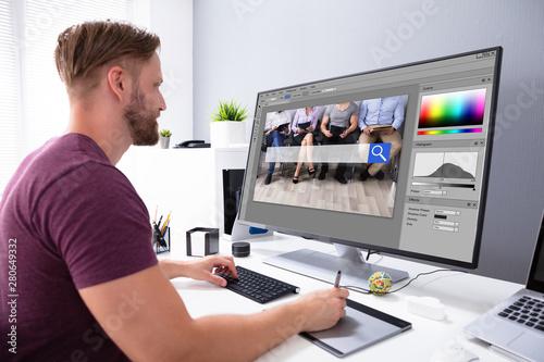 Designer Editing Photo On Computer Fototapet