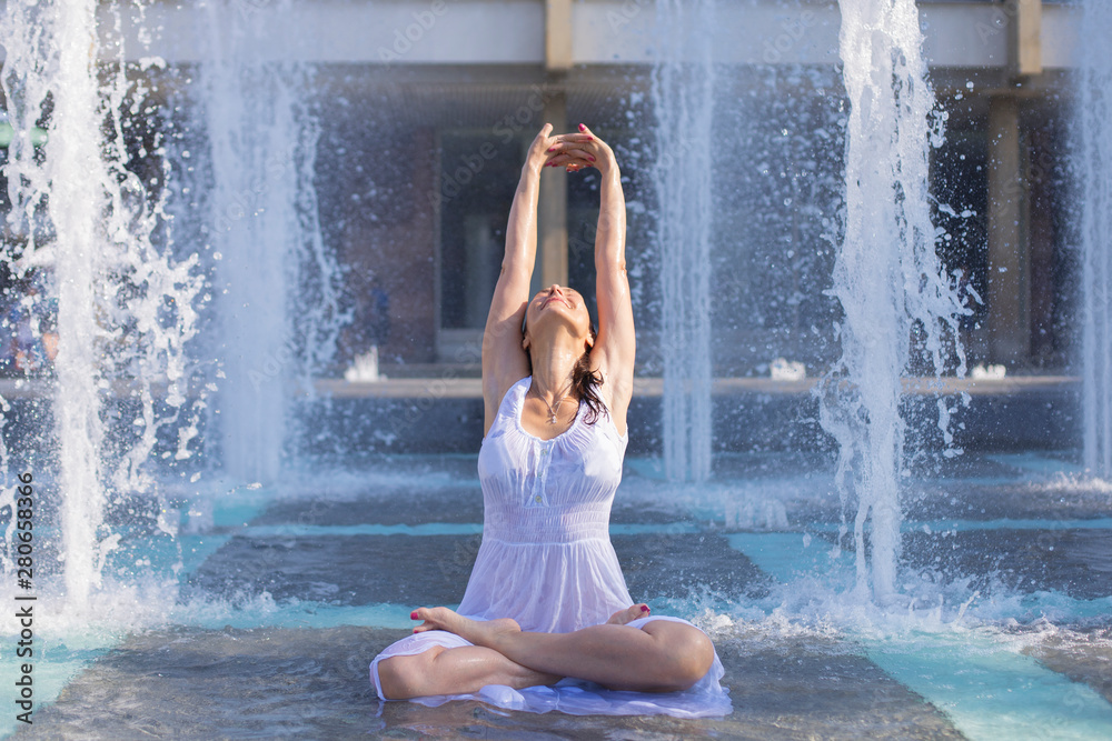 Fototapety, obrazy: young woman escaping heat wave in city fountain
