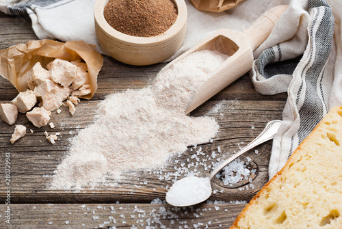 Fotografía  slice of bread and ingredients on old weathered wooden table