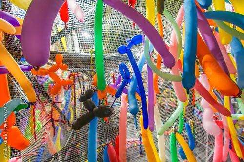 Fotobehang Paradijsvogel カラフルな長細い風船のイメージ
