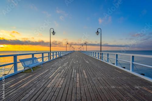 Obraz Wschód słońca nad Morzem Bałtyckim, Molo w Gdyni Orłowie - fototapety do salonu