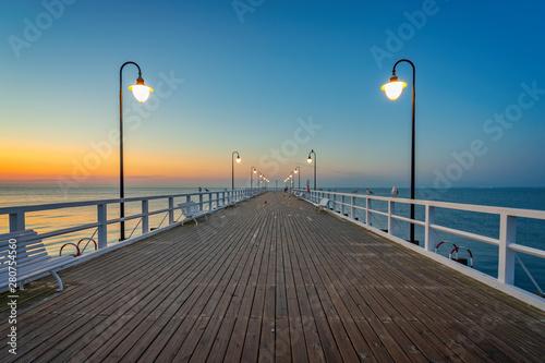 Obraz Wschód słońca nad Morzem Bałtyckim, Molo w Gdynia Orłowo - fototapety do salonu