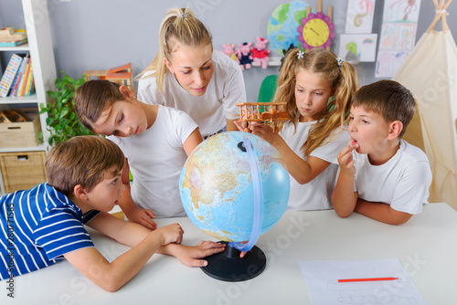Canvas Print Teacher with School Children Making Geography Lessons Fun and Interesting