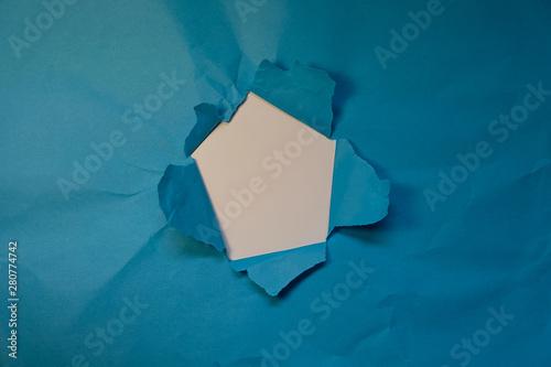 Foro nella carta azzurra rotta, carta rotta e strappata con foro al centro Tapéta, Fotótapéta
