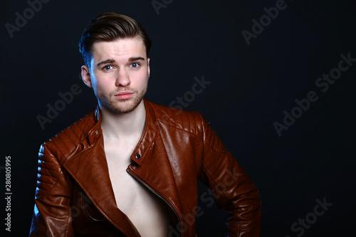 Obraz portret mężczyzny w studio - fototapety do salonu
