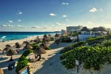 Hermosa Playa En Cancún, México - Playa Delfines. Playa De Quintana Roo En Un Día Soleado. Hermosa Vista Del Mar Caribe Con Turistas Disfrutando Sus Vacaciones