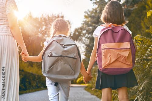 Fotografia  Parent and pupils go to school