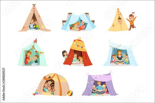 Fotomural Cute little children playing with a teepee tent, set for label design