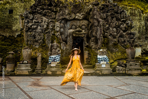Obraz Pretty girl at Goa Gajah, Bali - fototapety do salonu