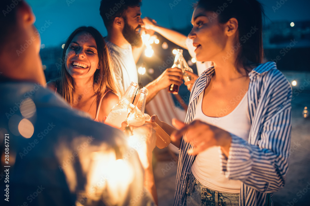 Fototapety, obrazy: Happy friends with drinks toasting at rooftop party at night