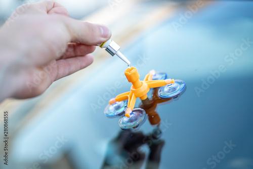 Reparatur eines Steinschlags in der Frontscheibe eines Autos Fototapet