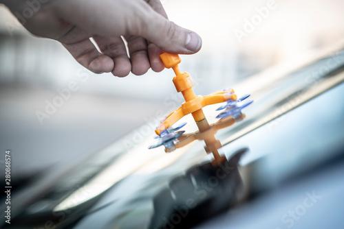 Valokuvatapetti Reparatur eines Steinschlags in der Frontscheibe eines Autos
