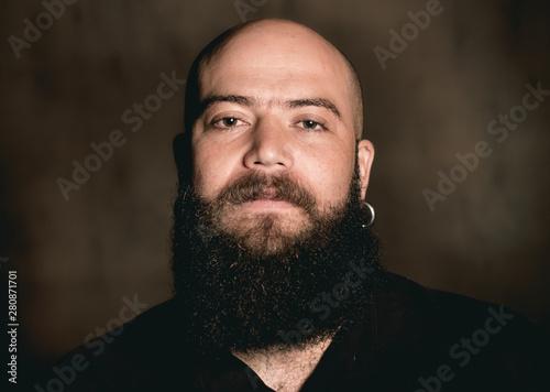Fotografía  Retrato noturno de um homem estilo hipster com fundo em parede rústica