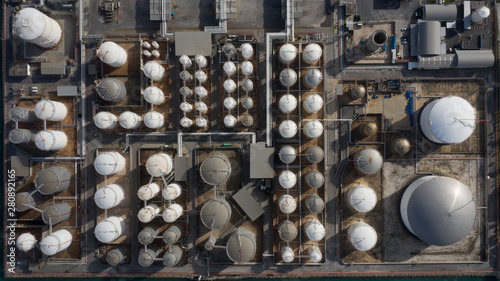 Fotomural  Aerial view of tank terminal with lots of oil storage tank and petrochemical storage tank in the harbour, Industrial tank storage aerial view