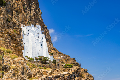 Photo Amorgos whitewashed monastery on the cliff side, Greece.