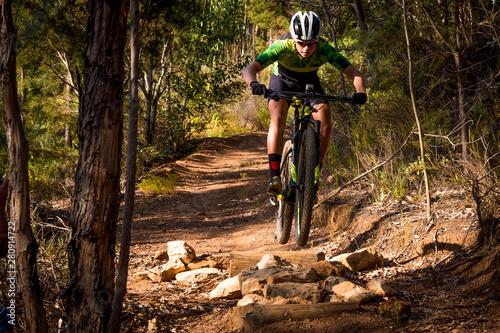 Foto teenage mountain bike rider