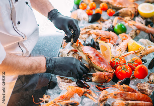 The Chef puts the seafood on a tray in the restaurant. Canvas-taulu