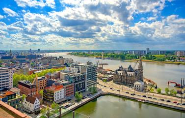 Zračni pogled na luku i pristaništa u Antwerpenu (Antwerpen), Belgija.