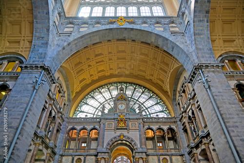In de dag Antwerpen The interior of the Antwerp (Antwerpen), Belgium railway station.